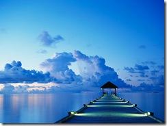 En brygga i solnedgången på ön White Sands på Maldiverna.